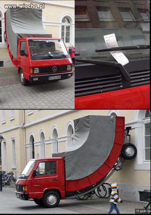 Instalacja artystyczna w Niemczech a policjant