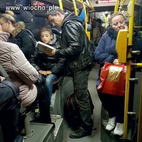Wsiadam-do-autobusu-a-tu-ojciec-czyta-synkowi-na-glos