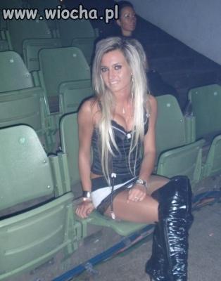 Blondynka w teatrze.