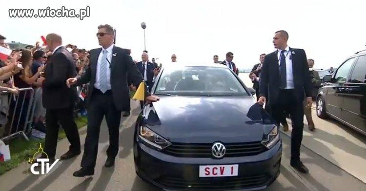 Samochod-Papieza-Franciszka-na-SDM