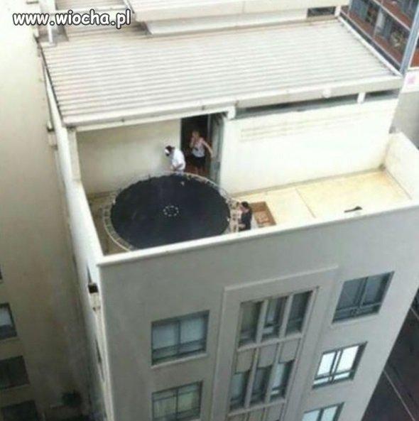 Jest trampolina...