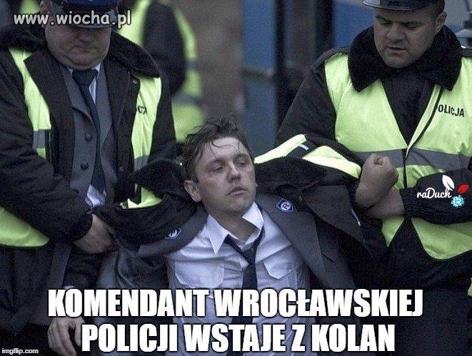 Policja wstaje z kolan