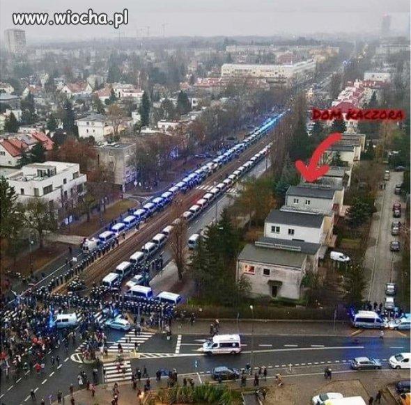Tymczasem-na-Zoliborzu-Policja-otacza-dom-Kaczynskiego