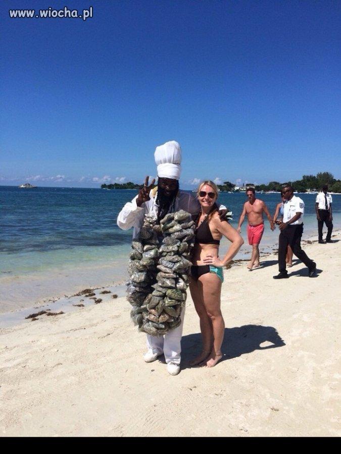 Sprzedawca-marihuany-na-plazy-w-Jamajce