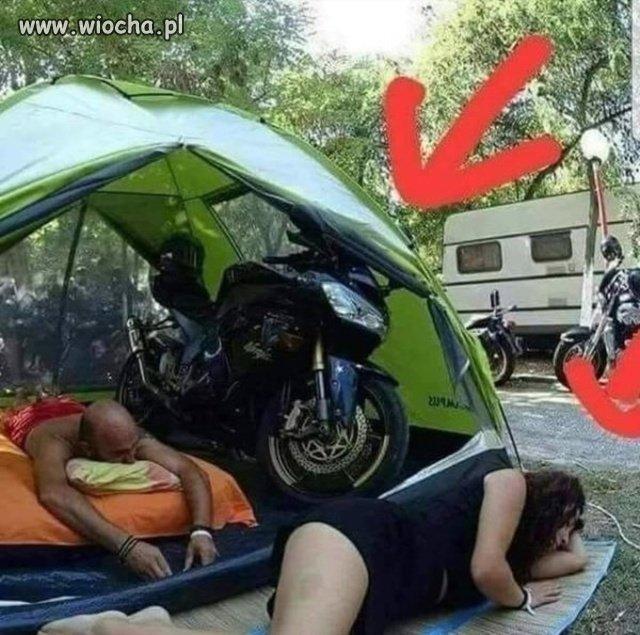 Gdy-pojedziesz-z-motocyklista-pod-namiot