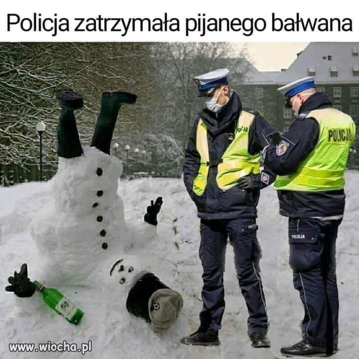 Dzielna-polycja-czeka-na-przyjazd-antyterrorystow