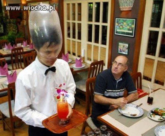 Kelner-z-kondomem-na-glowie