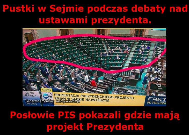 Pustki w Sejmie podczas debaty nad ustawami